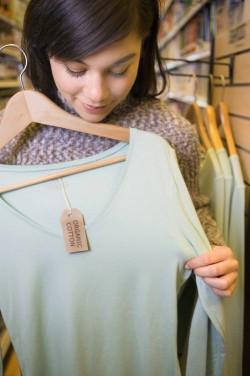 H&M ofer? clien?ilor din Irlanda ?i Marea Britanie cinci euro respectiv lire pentru fiecare saco?? de haine vechi