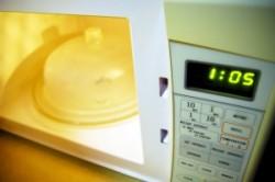 Incalzesti mancarea in recipinete de plastic la cuptorul cu microunde? Afla la ce pericole te expui