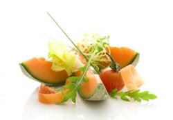 Sucul de pepene galben este noul remediu pentru mahmureala, asa cum este recomandat printre bauturile racoritoare, dupa un antrenament greu, spun producatorii care lanseaza noul produs in Marea Britanie. Pentru ca este plin de vitamine si minerale, indulcitori sau conservanti, efectul sucului natural de pepene galben este miraculos. Este bogat in vitaminele A si C, care sunt bune pentru piele si par, precum si potasiu, care mentine tensiunea arteriala, scrie imaginea.info. Acest lucru il face ideal pentru iubitorii de fitnes. Pentru efect maxim, sucul de pepene galben trebuie sa fie proaspat. Pentru a pastra caracteristicile sale utile in supermarket-uri, producatorii britanici nu il pasteurizeaza. Sucul de pepene galben contine 90% apa, albumine, fibre alimentare, potasiu, fier, vitaminele A, B, C, magneziu, fosfor, calciu din belsug si potasiu. Pepenele galben este unul dintre cei mai buni antioxidanti, imbunatateste sistemul imunitar si reduce riscul atacului cardiac, are actiune reglatoare asupra apetitului, precum si efecte vitalizante puternice. Se consuma in general in stare naturala, dar este la fel de savuros si sub forma de salate, inghetata sau dulceata. Pentru un tratament eficient de stomac in fiecare zi timp de o saptamana, mancati pepene dimineata, pe stomacul gol (100-200 grame). Daca doriti sa pierdeti in greutate, timp de o saptamana, mancati doar pepene la mic dejun (300-400 grame).