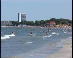 1539_turisti-in-apa-statiunea-mamaia-marea-neagra.jpg