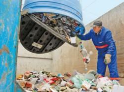 Printre hartii si cartoane, operatorii de salubritate gasesc resturi de mancare