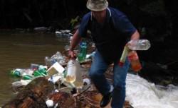 20 de rromi din Iasi s-au angajat sa munceasca cinstit, recicland PET-uri
