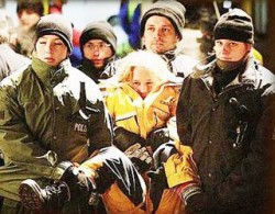 Indarjire. Tanara a rezistat eroic timp de cateva ore in frig, alaturi de ceilalti protestatari