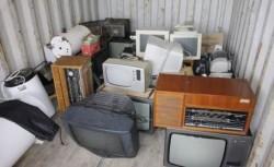 Oamenii au scos mereu în stradă aparatele de care nu au mai avut nevoie