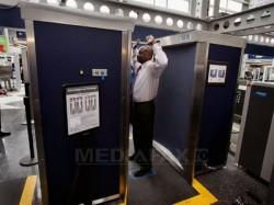 Scanerele corporale din aeroporturi ar putea fi periculoase pentru sănătate