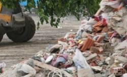 Şofer de camion, prins în timp ce descărca deşeuri periculoase în groapa de gunoi de la Glina