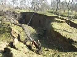 Mai multe construc?ii ?i drumuri jude?ene din Prahova, afectate de alunec?ri de teren