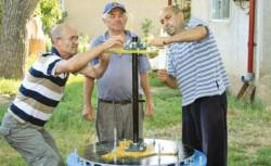 Marian Ilie, Marian Grigore şi Ion Ilie meşteresc la turbina pe care vor să o folosească la alimentarea cu energie electrică a locuinţelor lor