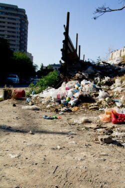 Carutas amendat pentru ca abandonase deseuri de materiale de constructii pe spatiul verde