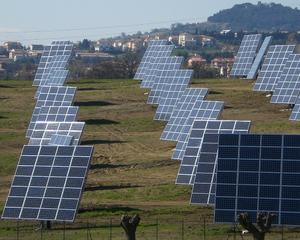 Industria solara - cu un ochi rade, cu altul plange