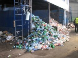 Protest al firmelor de reciclare fata de legea gunoaielor, despre care sustin ca e facuta pentru un grup de interese