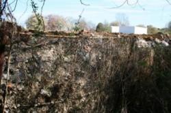 O groapă de gunoi clandestină din Ştrandul Venus s-a prăvălit peste gardul Rezervaţiei cu Nuferi Termali