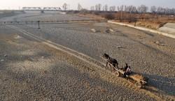 În imagine se poate observa albia secată a râului Şuşiţa
