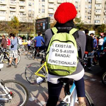 """Bicicli?tii protesteaz?: """"Nu vrem piste pe trotuar!"""""""