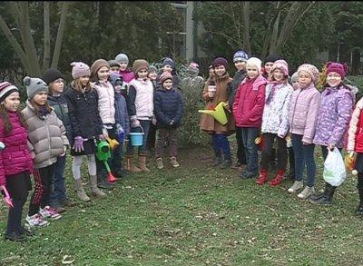 """Elevii craioveni, implica?i în proiectul """"Cartea Recordurilor Verzi"""""""