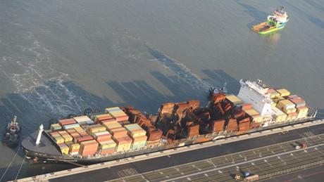 Misterul de pe Flaminia: O nava avariata ce transporta containere cu continut periculos se indreapta spre Romania