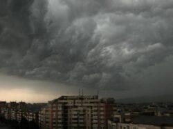 O furtuna puternica a izbucnit din senin, in Oradea, unde a pus la pamant cativa copaci.