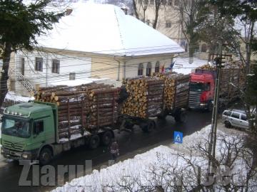 Drumul pe valea Ramnicului: Transportatorii de lemn stric?, statul repar?
