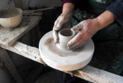 O singura familie de mesteri olari din Vadu Crisului, judetul Bihor mai face vase de ceramica alba, unice in tara.