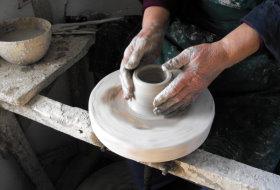 O singur? familie de me?teri olari din Vadu Cri?ului, jude?ul Bihor mai face vase de ceramic? alb?, unice în ?ar?.
