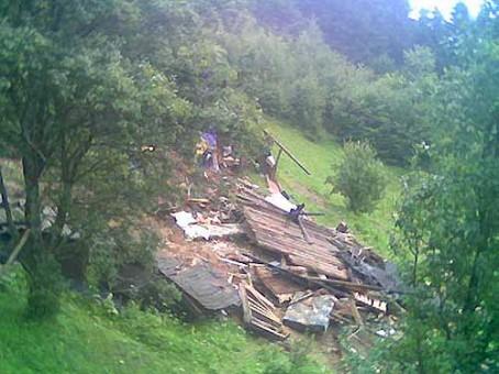 Alunec?ri de teren la Cariera Berbe?ti, Valcea. Case în pericol!