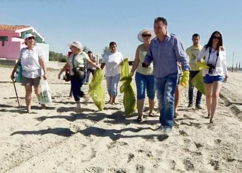 Plaja din N?vodari, cur??at? în urma unui mesaj pe Facebook