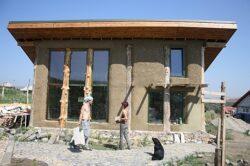 Casa de paie de la Turda – experimentul locuinței de 15.000 de euro cu întreținere zero
