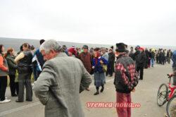 Protest impotriva instalarii primei sonde de explorare a gazelor de sist in Romania, in comuna vasluiana Pungesti