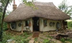 Cum sa construiesti o casa de poveste cu doar 200 de euro, folosind numai materiale din natura