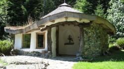 Satul ecologic din Berca: Case de poveste, cu iarba pe acoperis si pereti din lut