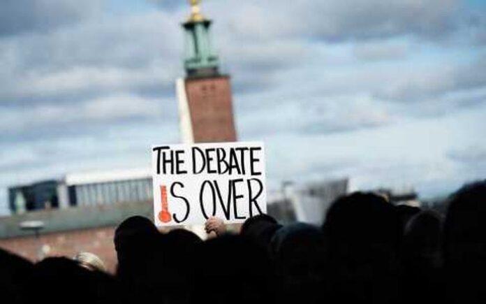 """Ministrul Mediului și Schimbărilor Climatice, Attila Korodi, participă, în perioada 9-12 decembrie, la reuniunea la nivel înalt a celei de-a XX-a Conferințe a Părților (COP20), a Convenției-cadru a Națiunilor Unite asupra Schimbărilor Climatice (UNFCCC), eveniment ce se desfasoară la Lima, în Peru. În cadrul intervenției sale din 10 decembrie, ministrul Mediului din România a vorbit despre eforturile Uniunii Europene în ceea ce privește lupta împotriva schimbărilor climatice: """"După cum știți, statele membre ale Uniunii Europene au decis deja să reducă emisiile de gaze cu efect de seră cu 40% până în 2030, față de nivelul anului 1990. Este un efort semnificativ, însă insuficient la nivel global, câtă vreme ponderea emisiilor UE este de doar 8% din totalul emisiilor globale. Avem nevoie ca și alții să urmeze acest exemplu, în contextul reuniunii de anul viitor, de la Paris"""", a declarat Attila Korodi. În ceea ce privește necesitatea adoptării unor politici climatice eficiente, ministrul Mediului a oferit ca exemplu România care, în ultimii 20 de ani, a reușit performanța de a-și reduce emisiile pe cap de locuitor cu 55%. """"În ceea ce privește energia regenerabilă, la nivelul anului 2013, contribuția energiei din surse regenerabile în coșul total de consum al României a atins un procent de 40%. Acest succes s-a putut atinge cu eforturi importante și costuri semnificative pentru populație, însă s-a tradus și prin crearea de locuri de muncă și introducerea de noi tehnologii în economie. Spre exemplu, cifrele vorbesc despre crearea a aproximativ 10.000 de locuri de muncă și injectarea a circa 4,5 miliarde de euro în economia României până în 2030, numai în ceea ce privește sectorul energiei eoliene"""", a explicat ministrul Attila Korodi. Eforturile celor peste 10.000 de delegați prezenți la COP20 au ca obiectiv consolidarea bazelor pentru încheierea noului Acord Global în domeniul schimbărilor climatice. Acest acord cadru este așteptat să fie semnat în decembrie 2015, la Pari"""