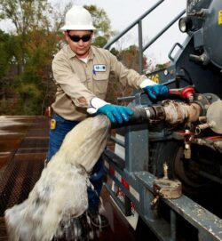 Mai multi militanti impotriva exploatarii gazelor de sist lanseaza o initiativa legislativa ce ar interzice exploatarea gazelor de sist prin fracturare hidraulica.
