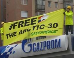 Activistii Greenpeace au protestat la Arad pe acoperisul unei benzinarii Gazprom