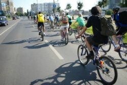 Campanie pentru salvarea planetei. Doi ambasadori ii sfatuiesc pe romani sa mearga cu bicicleta
