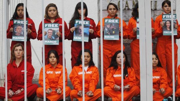 Rusia a renun?at la acuza?iile împotriva unuia din cei 30 de activi?ti Greenpeace re?inu?i acum trei luni