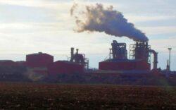 """Un om de afaceri din Sebes cere mutarea """"poluatorului"""" Kronospan la 100 de kilometri de oras"""