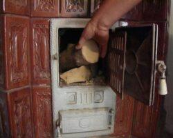 Poluare din cauza saraciei. Grecii folosesc sobe pe lemne in locul centralelor termice