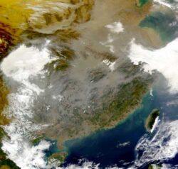 OMS: In China, poluarea aerului este de 12 ori mai ridicata decat cotele admise