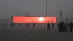 La Beijing, se proiecteaza virtual apusul de soare, care nu se mai vede din cauza poluarii