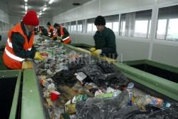 Drumul deseurilor: Deseurile reciclabile ale oradenilor se transforma in caiete, mochete ori haine