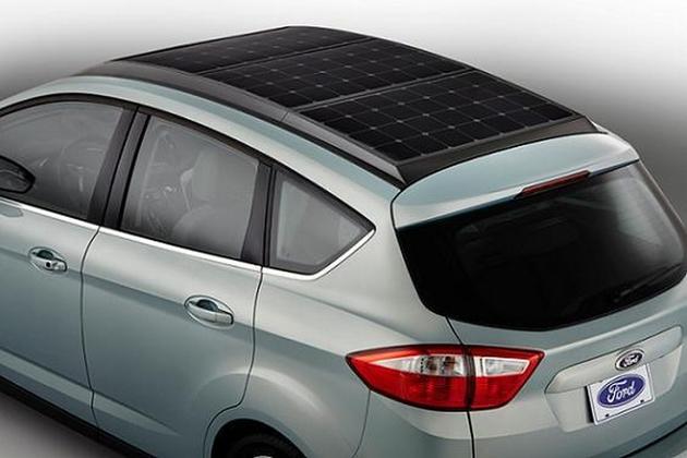 Prima ma?in? hibrid cu panouri solare pe acoperi?