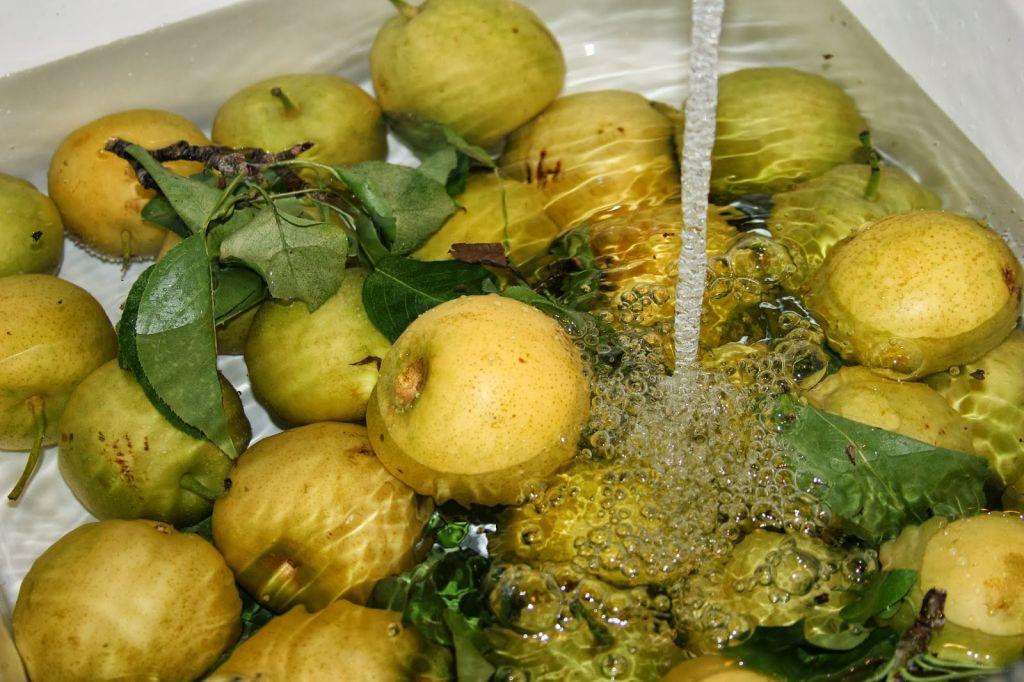 Lichidul-minune care îndep?rteaz? pesticidele ?i bacteriile rezistente la ap? de pe fructe ?i legume, pe pia?a din Moldova