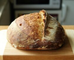 Din 15 ianuarie: Pâinea cu coloran?i, interzis? pe pia?a româneasc?, cu excep?ia caramelului (E150 a-d)