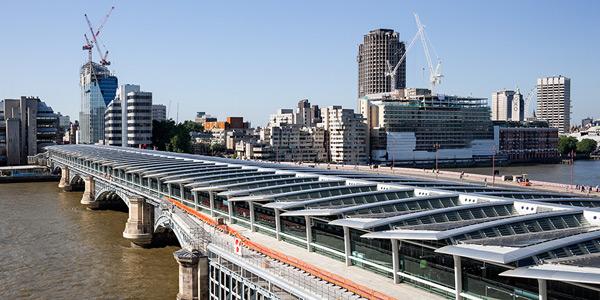 Londra: A fost inaugurat cel mai mare pod din lume alimentat cu energie solar?