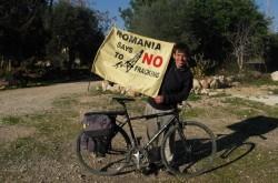 Victor Perdevara face turul lumii pe bicicleta. Aflat in Europa, el militeaza acum impotriva gazelor de sist