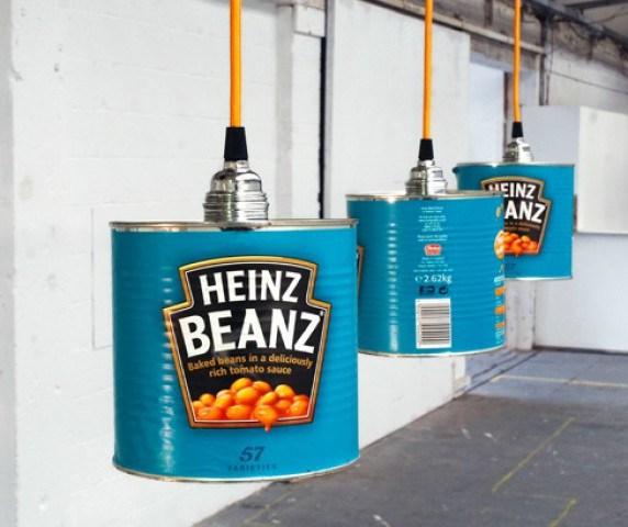 Designerul Willem Heeffer observ? poten?ialul obiectelor aruncate zilnic si le confera o nou? întrebuin?are