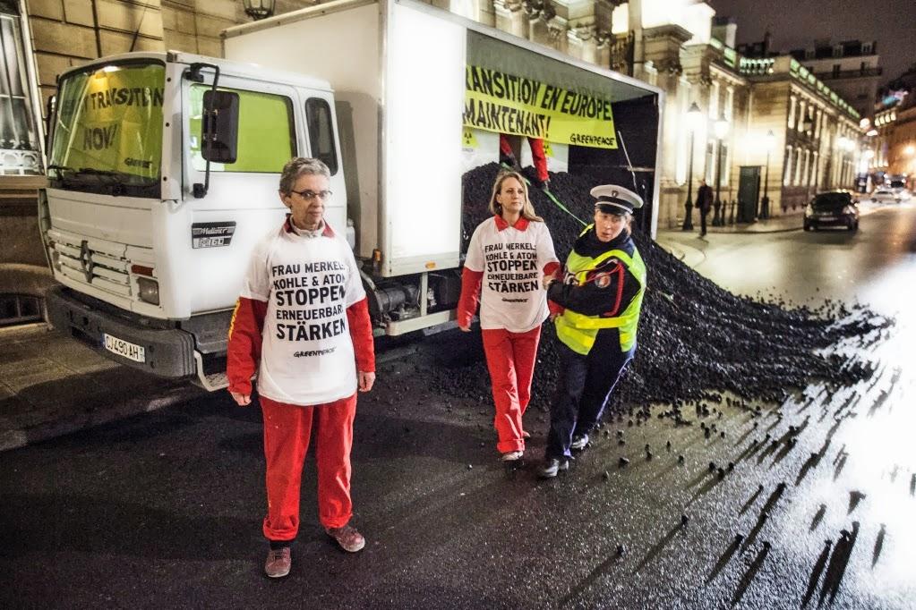 Greenpeace a descarcat un camion plin cu carbune in fata palatului prezidential din Franta