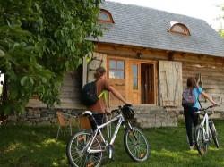 Paula Seling incearca sa-i convinga pe turisti sa vina cu bicicleta in Maramures