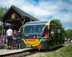 Trenul electric cu panouri solare pe acoperis