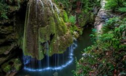 """Imaginile cu o cascada din Romania i-a lasat cu gura cascata pe jurnalistii de la Huffington Post: """"Un loc magic, desprins din poveste"""""""